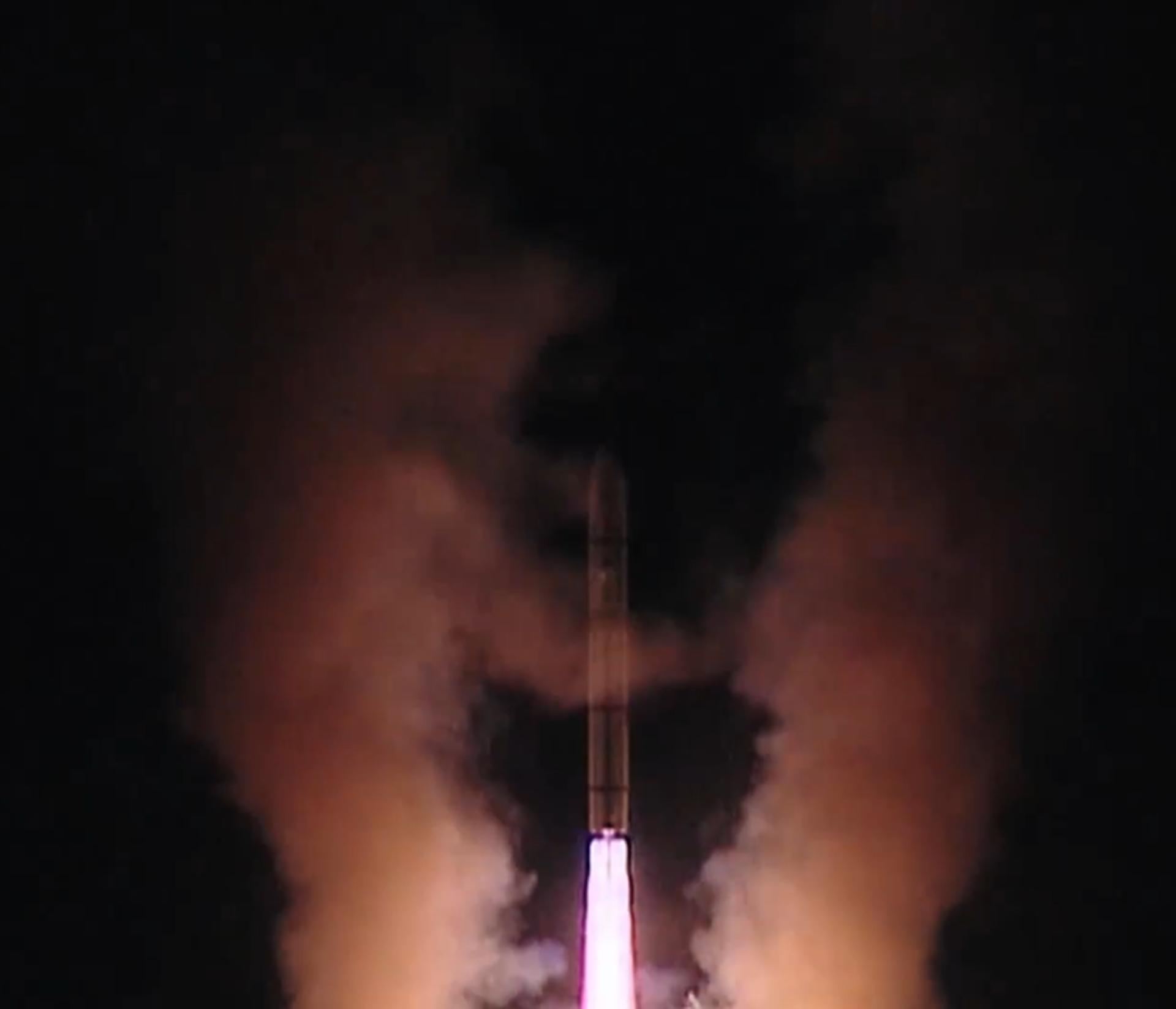 图为视频中出现的东风-5导弹发射镜头。(微博@中部战区发布)