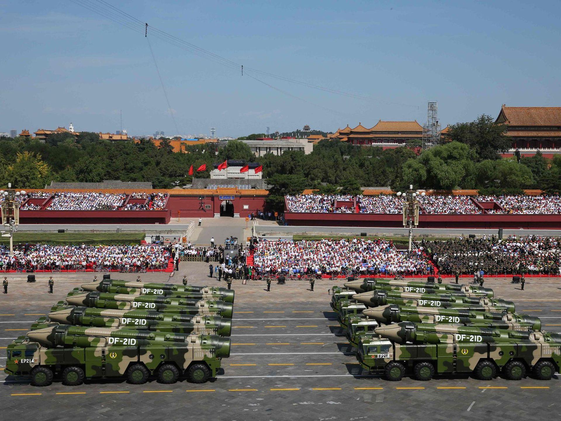 导弹发射车的承载能力以及国家整体上的道路状况等,对导弹的重量提出了具体要求。(新华社)