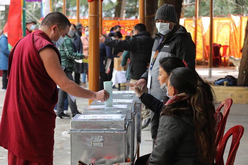 流亡藏人今天帶著口罩,在印度達蘭薩拉對西藏議員及最高首長進行投票。(歐新社)