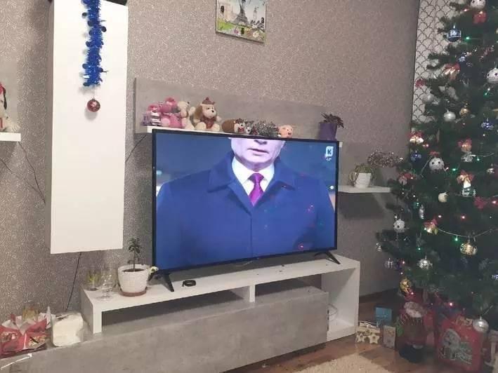 俄羅斯總統普廷在發布一年一度元旦文告轉播時,畫面慘遭加里寧格勒電視台「斷頭」。(圖擷自АктуальнаяРоссия推特)