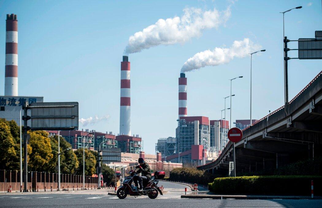上海的一家燃煤发电厂。习近平对加快中国减少碳排放的承诺缺乏细节,但已在国际上获得赞誉。