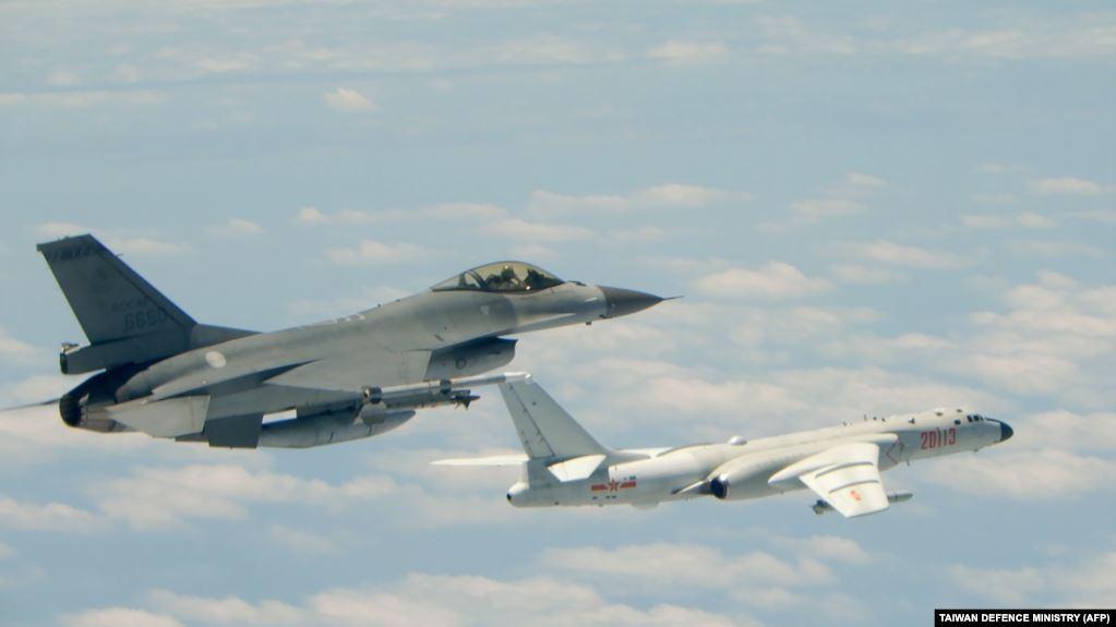 这幅2018年5月11日由台湾军方发布的照片显示,台湾空军一架F-16战斗机与一架军演中的中国空军H-6轰炸机并行。