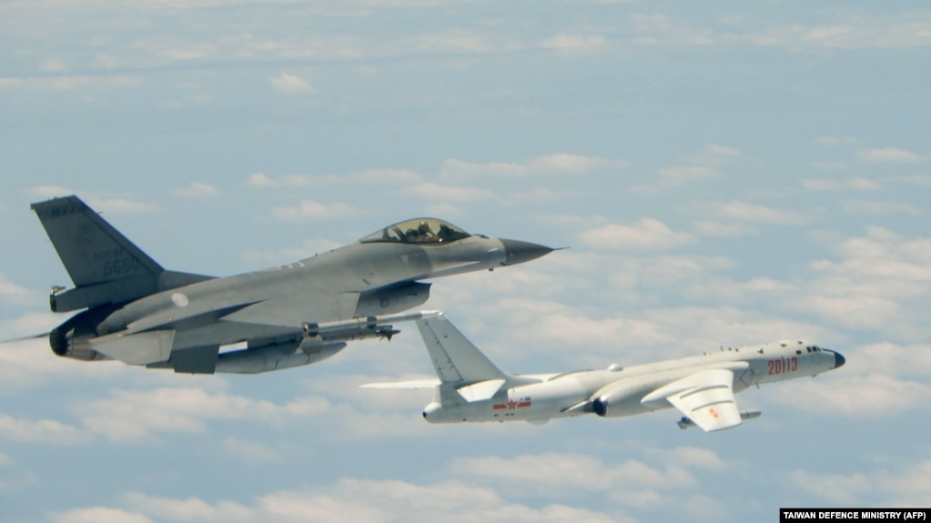 资料照片:台湾空军F-16战斗机跟踪中国空军的轰炸机飞行(2018年5月11日)