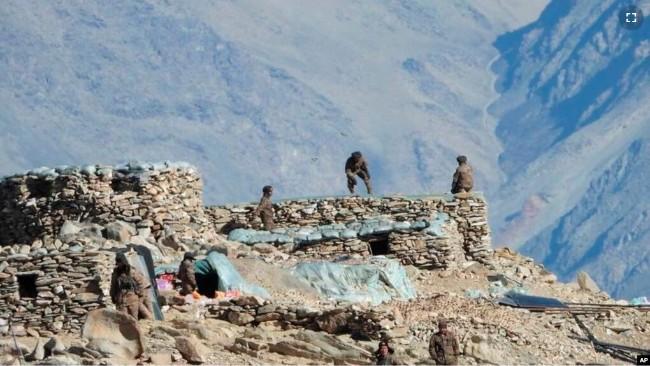 中国军人撤除班公湖地区的工事.jpg