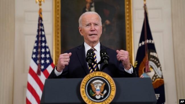 拜登总统在白宫国宴厅谈论美国供应链问题。(2021年2月24日)