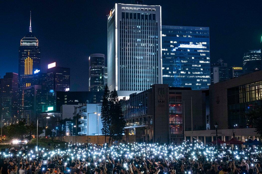 2019年,香港学生在人民解放军的一栋建筑附近进行抗议活动。