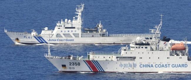 日本海上保安厅与中国海警舰船对峙.jpg