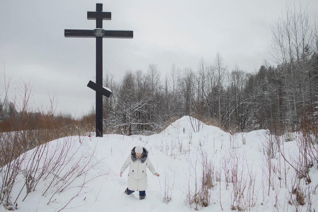 去年12月,克姆丁郊外一处囚犯墓地,沙舍娃在俄罗斯东正教十字架前献花,悼念政治镇压的受害者。