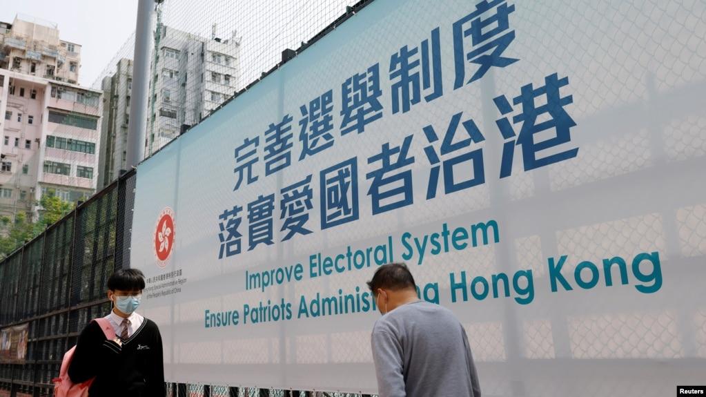 政治气氛改变下香港街上近日越来越多有关政治的广告标语