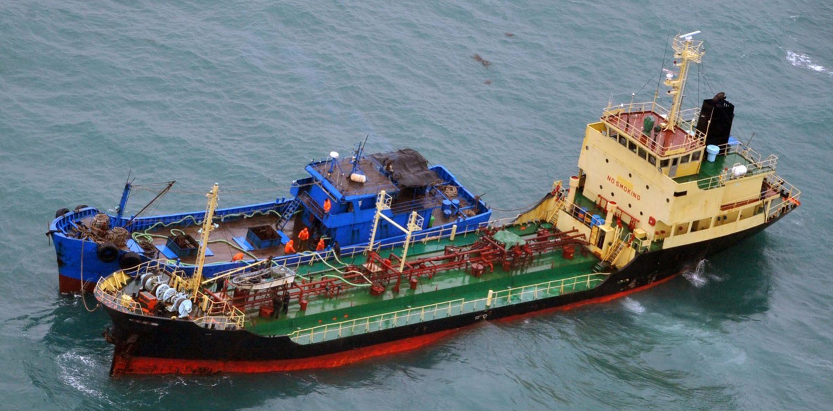 ▲▼日本防衛省拍到,北韓漁船「Yu Jong 2號」在東海上與「閩寧德油078」交貨。(圖/達志影像)