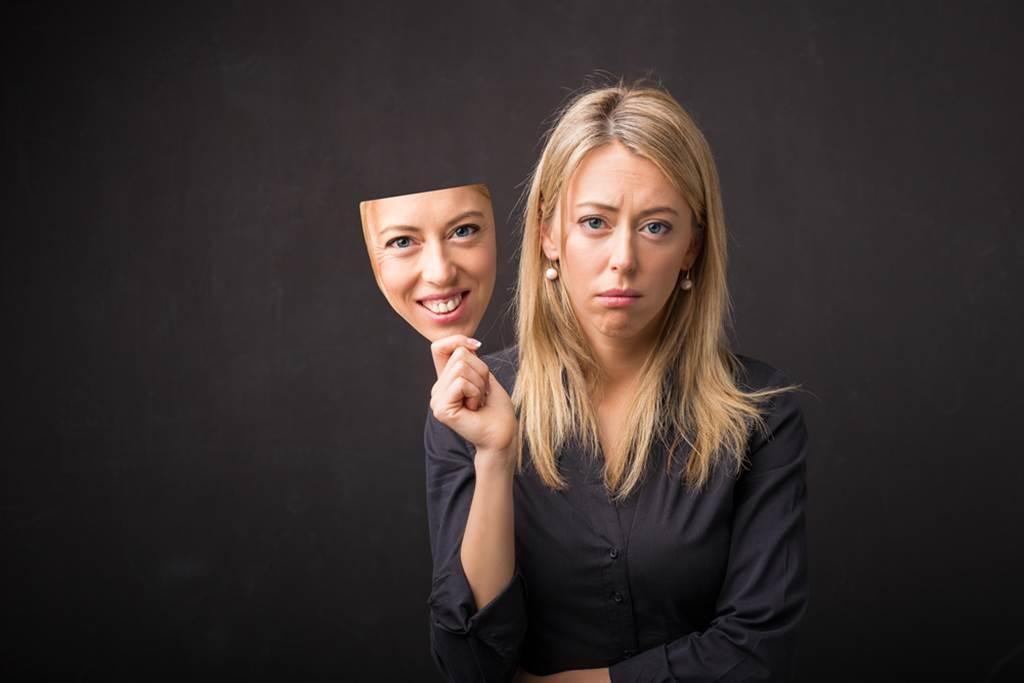 从面相学来看,三白眼、颧骨外凸、脸大耳小、嘴唇过薄、嘴角下垂的人特别可能是心机重的小人。(示意图/shutterstock)