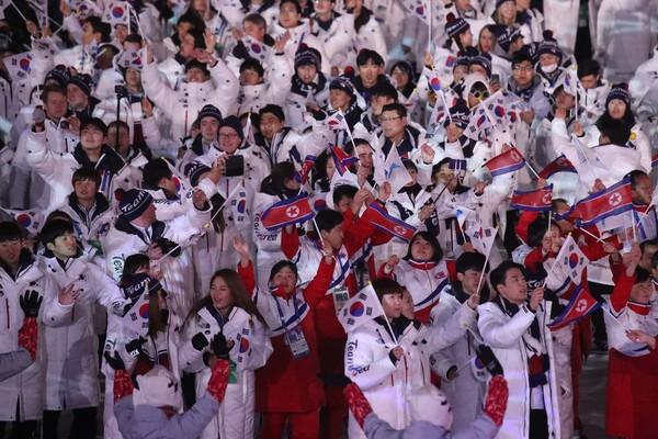 图为2018年平昌冬奥会闭幕式上,韩国和朝鲜代表团正在入场。【照片来源:韩联社】