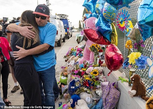 """约翰克鲁南叔叔安慰亚历克西斯,她告诉哀悼者她""""只是感谢""""她的兄弟""""拥有一个和他一样美丽的家庭"""",以衷心的敬意"""