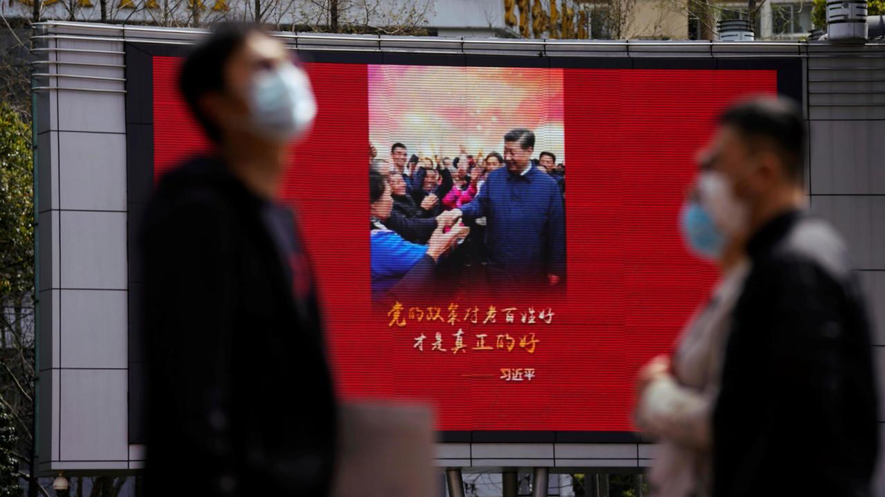 上海街头一处大屏幕显示习近平亲民的画面。