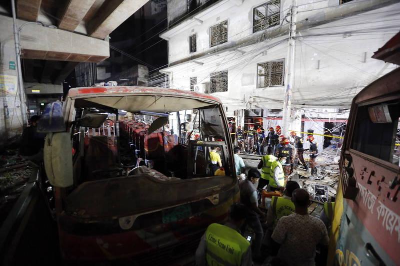 位於孟加拉達卡市中心的一棟建築物發生爆炸意外,造成大約一半的範圍倒塌,鄰近的7棟建物也遭波及震碎玻璃,當時在道路旁的3輛巴士也因遭受衝擊嚴重受損。(歐新社)