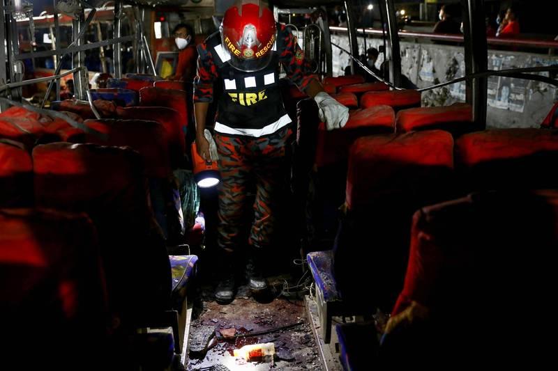 位於孟加拉達卡市中心的一棟建築物發生爆炸意外,造成大約一半的範圍倒塌,鄰近的7棟建物也遭波及震碎玻璃,當時在道路旁的3輛巴士也因遭受衝擊嚴重受損。(路透)