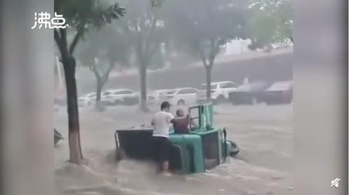河北武安市,暴雨淹沒街道,車輛被激流沖走、翻覆,更有民眾自抱樹自救。(圖擷取自微博)
