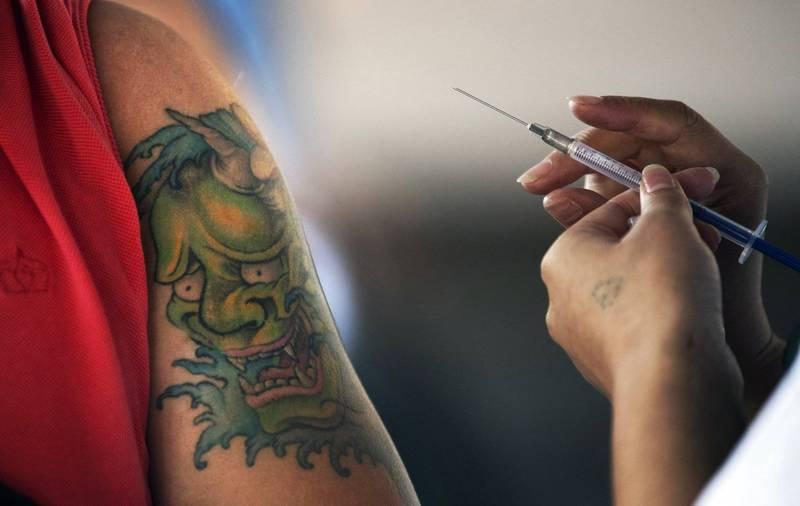 英國51歲男子巴拉特(Glenn Barratt),與武漢肺炎病毒對抗3週,最終仍不敵病魔於本月13日病逝,他在昏迷前告訴醫護人員,「我真希望自己有接種過疫苗」。接種疫苗示意圖。(美聯社)