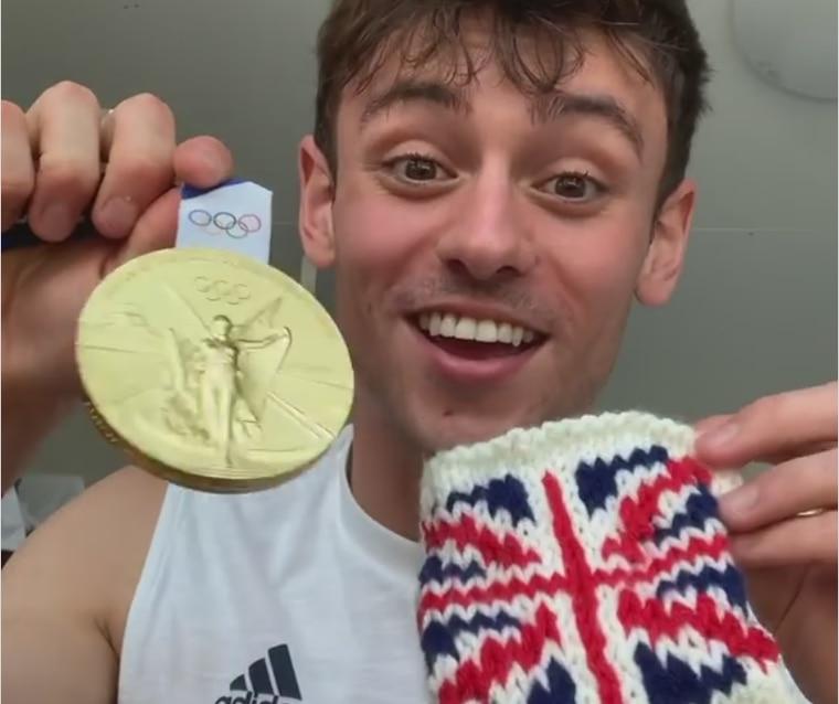 戴利向粉絲展示他為金牌編織的小毛線套。翻攝Instagram