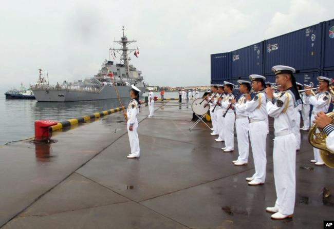 """资料照片:美国海军""""本福德""""号导弹驱逐舰抵达中国山东省的青岛港时,一支中国军乐队开始演奏。(2016年8月8日)"""