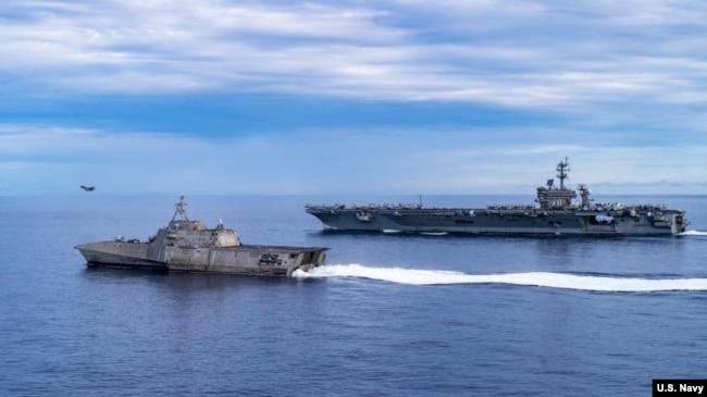 """美国海军公布的照片显示,一架F-35C战斗机从""""卡尔文森""""号航空母舰飞行甲板上起飞,这艘航母与""""塔尔萨""""号濒海战斗舰正在驶过南中国海。(2021年9月7日)"""