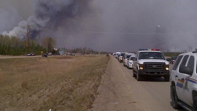 加拿大警方护送17000人通过火灾市区