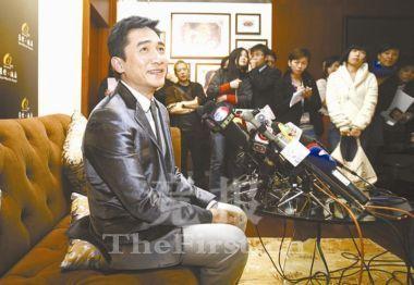 (组图)梁朝伟被摄影师嫌矮 屈尊坐在垫子上