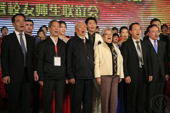吴仪与众人合唱 中国石油大学校庆(图文)
