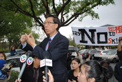数百华人示威 华裔众议员周本立公开表态