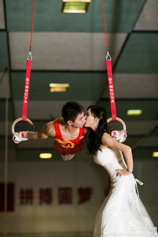 体操世界冠军领证结婚 秀高难度婚纱照