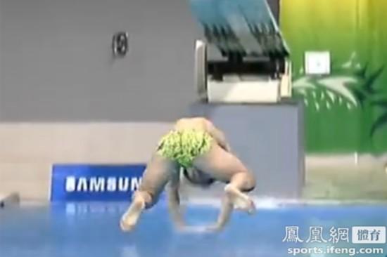 韩国跳水选手重大失误 趴着入水得0分