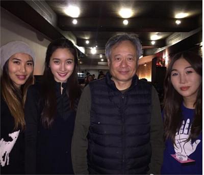 61岁李安导演近照曝光 三位美女在侧