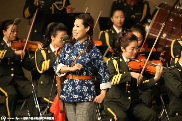 李双江嫩妻 梦鸽身着抗日装登台献唱