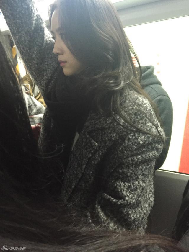 汤唯低调乘地铁外出 人群中难掩出众气质