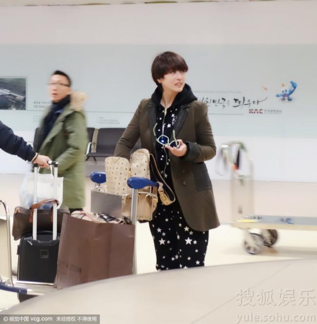 49岁周海媚短发造型显俏皮 韩国庆生扫货