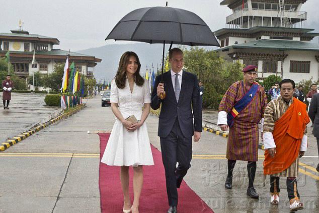 威廉王子为凯特撑伞 美景漫步似童话