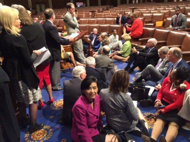 罕见  逾百议员国会静坐 催生控枪法案
