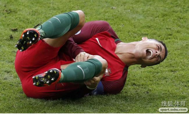 痛心!C罗膝盖被撞拧90度 猛捶地捂脸哭泣