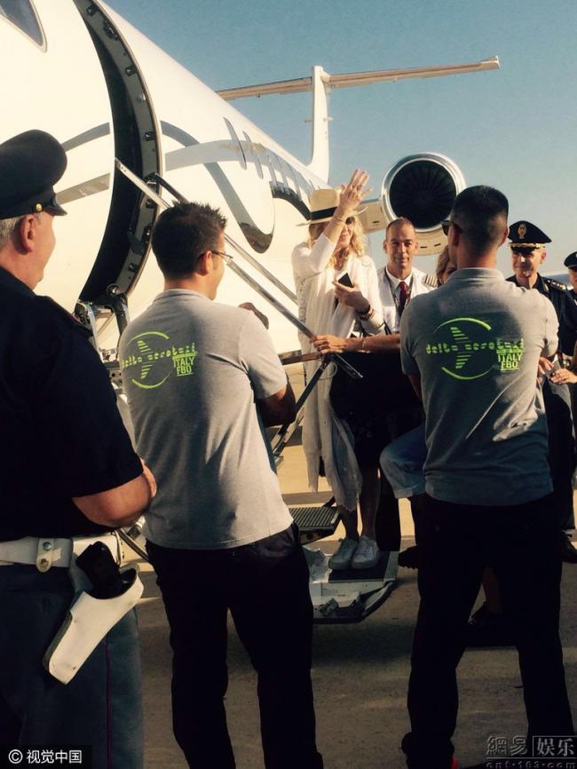 有钱 麦当娜乘私人飞机前呼后拥