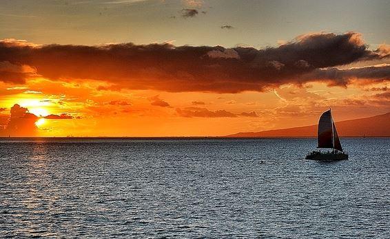 在夏威夷晚霞的包裹中遥望檀香山