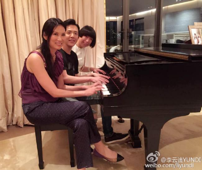 邓文迪邀李云迪教钢琴 女儿都这么大了