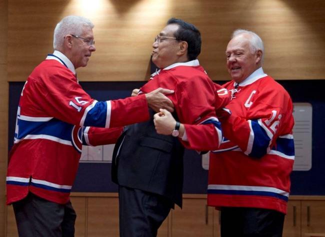 李克强加拿大玩冰球外交 姿势亮了
