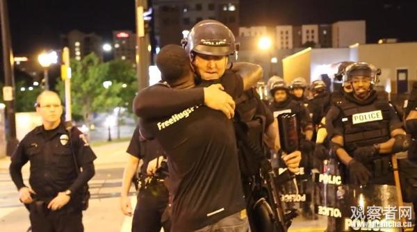 美国骚乱现场的这一幕 让示威者怒了