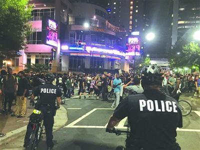 黑人遭射杀抗议持续 夏洛特市实施宵禁