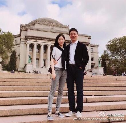 刘强东夫妇重返哥大庆周年 如胶似漆