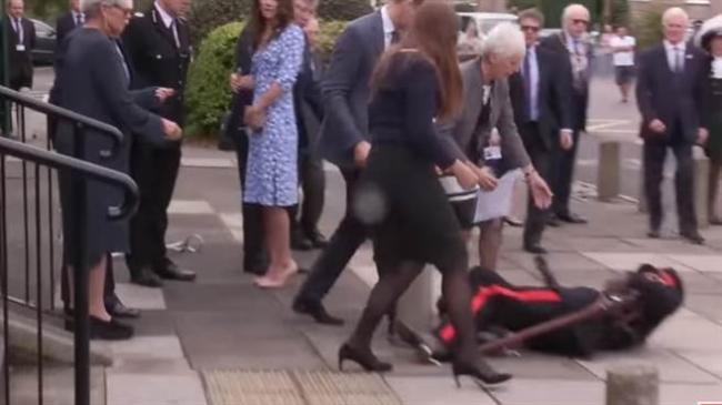威廉王子一把扶起摔倒的官员 网友赞爆
