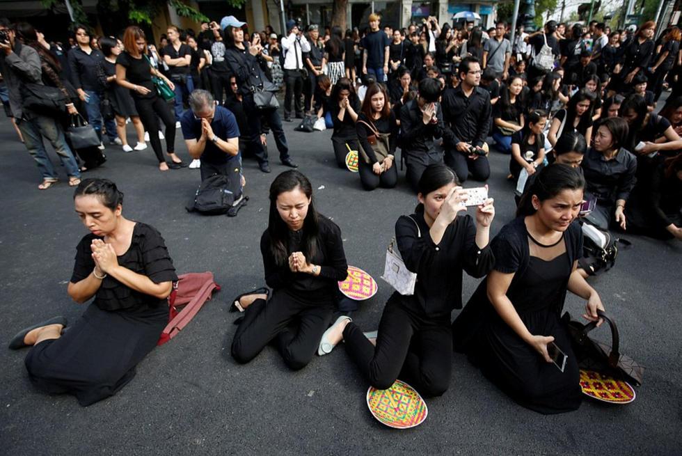 泰国30天国丧开始 全国黑衣脱销