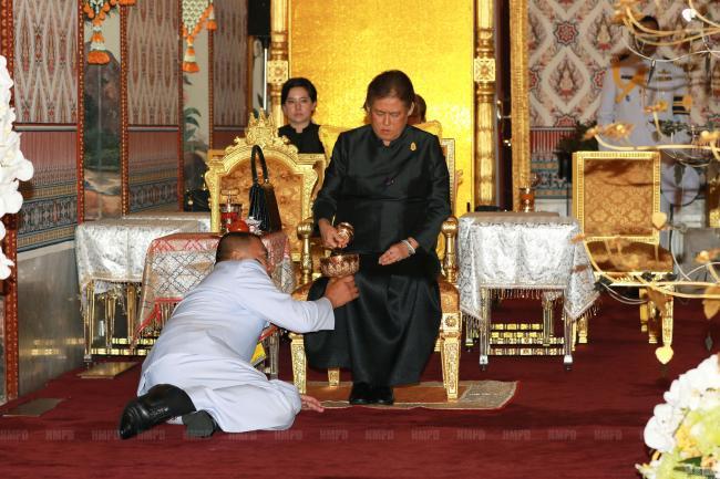 传言中争泰王位的两人同时现身吊唁仪式