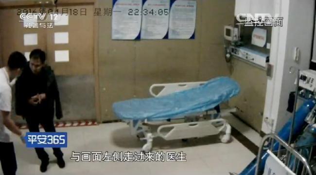 博士医生连续工作32小时 累到大口吐血 组图