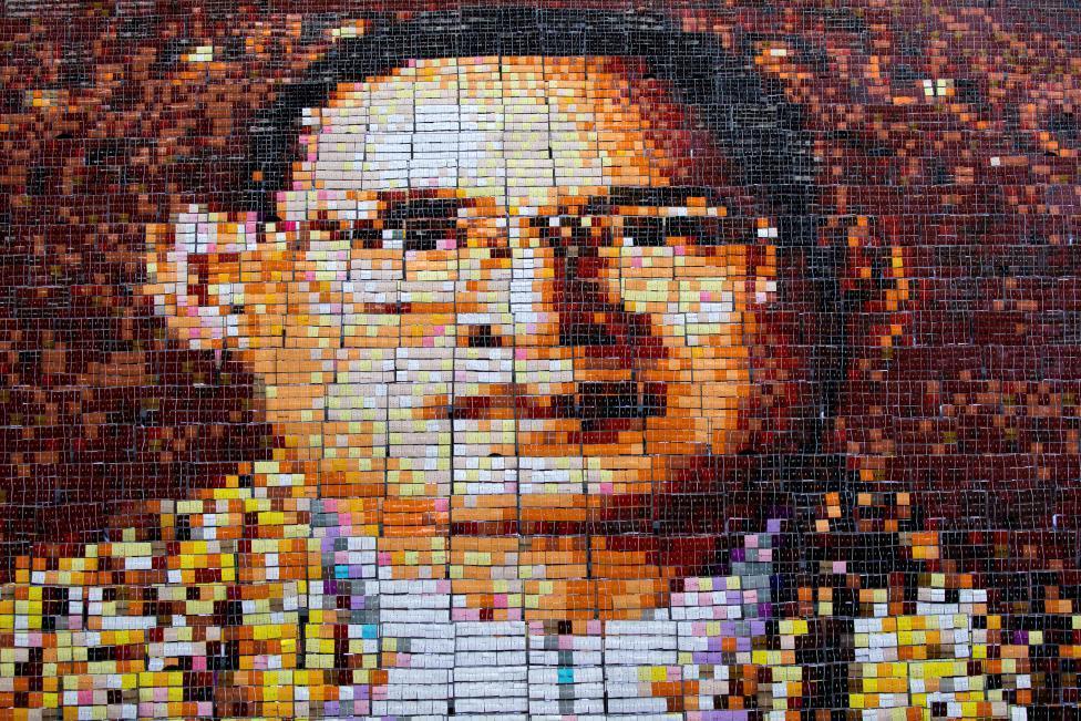 泪崩 泰国1250名学生拼出普密蓬国王肖像